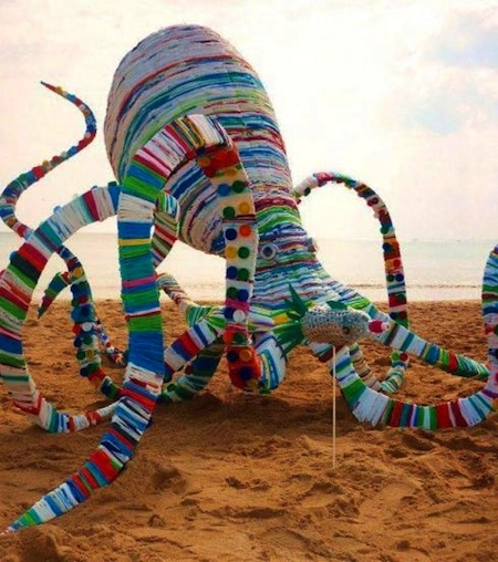 20 000 plastic bags for octopus sculpture green living for Art out of plastic bottles